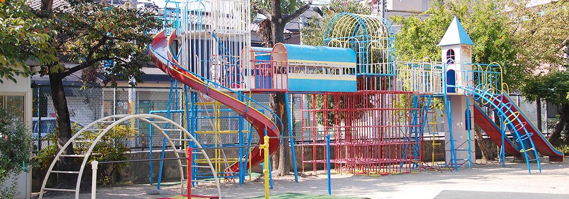 広い運動場・豊富な遊具・自然いっぱいの園庭